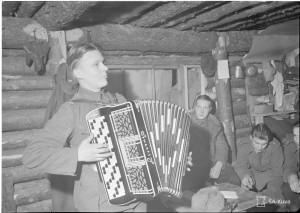 Aarre Lievonen soittamassa korsussa.