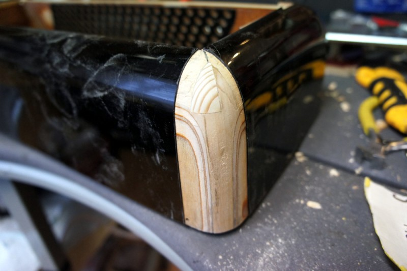 Harmonikan kulma piti liimata uudestaan ja tulitikkumaisena säpäleenä olleet puupalat piti ottaa pois. Uutta puuta piti myös lisätä.